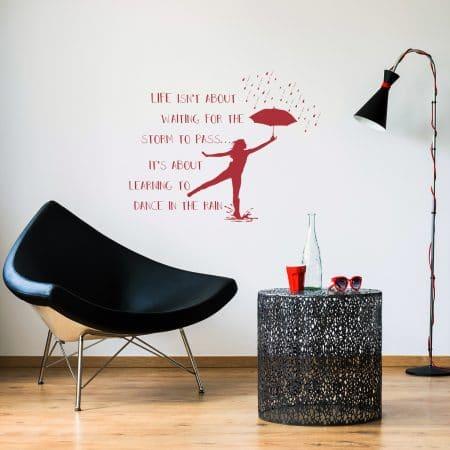 """Sticker Mural dans un salon """"Dansons sous la pluie"""""""